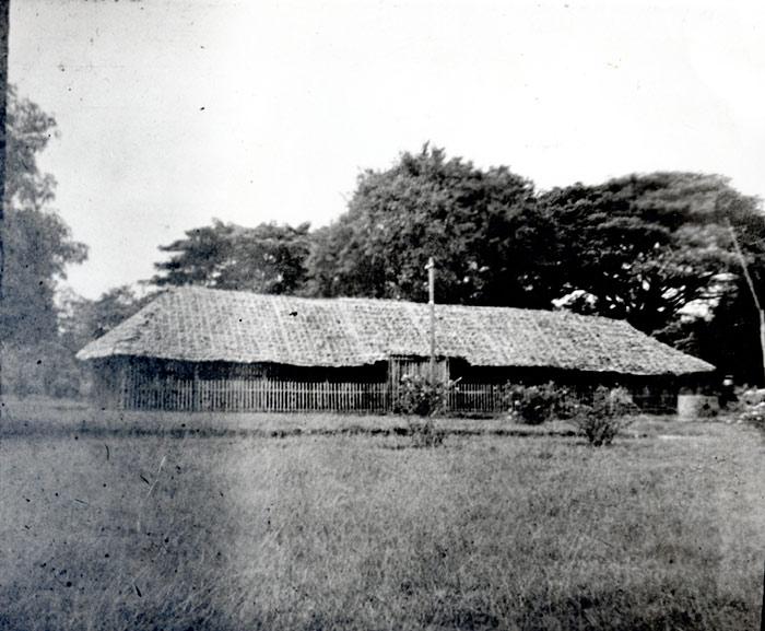 อาคารเรียนหลังแรก มีลักษณะเป็นเรือนไม้ไผ่ ในปี พ.ศ. 2467