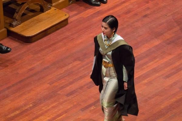 แพทย์หญิงสวมชุดไทย รับปริญญาที่ University of Edinburgh (1)