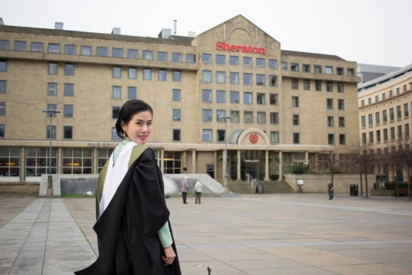 แพทย์หญิงสวมชุดไทย รับปริญญาที่ University of Edinburgh (3)
