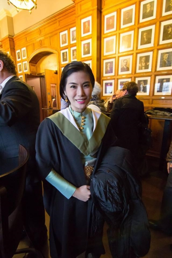 แพทย์หญิงสวมชุดไทย รับปริญญาที่ University of Edinburgh (5)