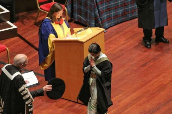 แพทย์หญิงสวมชุดไทย รับปริญญาที่ University of Edinburgh (8)