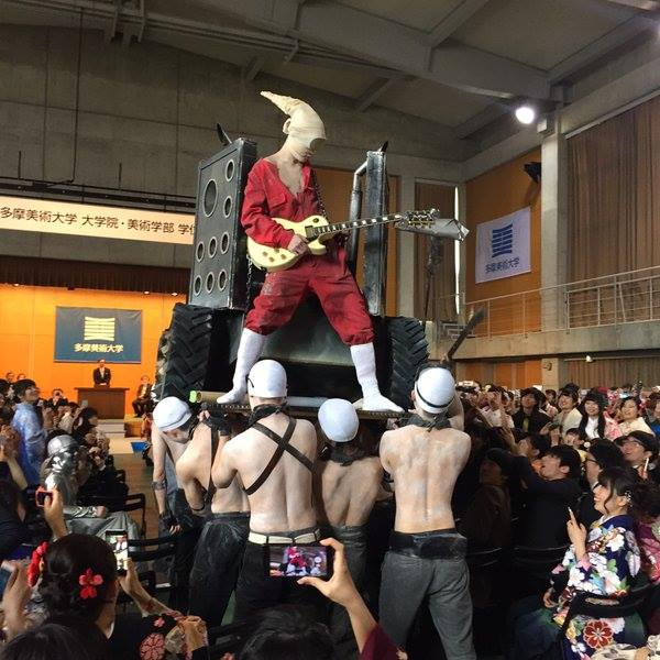 คูลได้อีก! บัณฑิตแต่งคอสเพลย์ Mad Max ในงานจบการศึกษาที่ญี่ปุ่น (1)