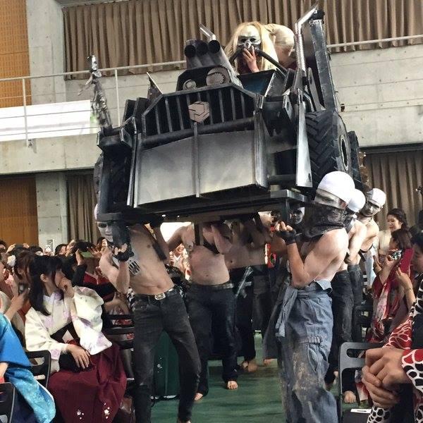 คูลได้อีก! บัณฑิตแต่งคอสเพลย์ Mad Max ในงานจบการศึกษาที่ญี่ปุ่น (2)