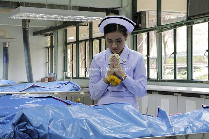 ซาบซึ้ง! บัณฑิตเกียรตินิยม พยาบาลศาสตร์ ม.อุบลฯ นำพวงมาลัยกราบร่างแม่ (2)