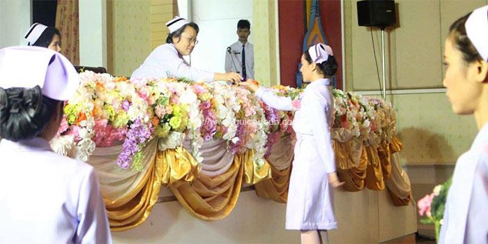 ซาบซึ้ง! บัณฑิตเกียรตินิยม พยาบาลศาสตร์ ม.อุบลฯ นำพวงมาลัยกราบร่างแม่ (3)