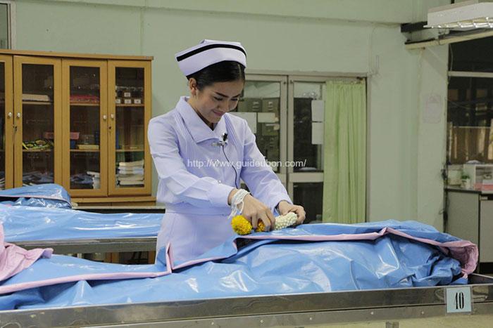 ซาบซึ้ง! บัณฑิตเกียรตินิยม พยาบาลศาสตร์ ม.อุบลฯ นำพวงมาลัยกราบร่างแม่ (4)