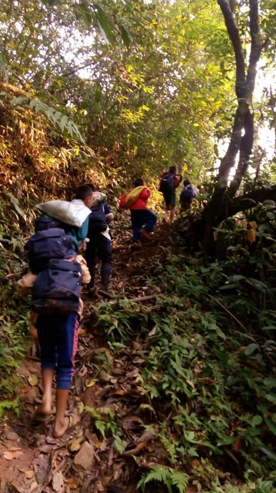 แกร่งมาก!! ครู-นร. บ้านสะว้า จ.น่าน เดินเท้าเข้าป่ากว่า 9 กิโล ไปสอบโอเน็ต