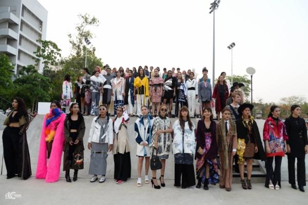 ชมภาพ Fashion Show ผลงาน นศ.ออกแบบเครื่องแต่งกาย ม (16)