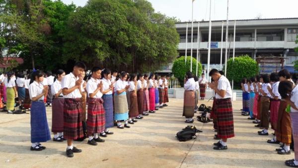 นักเรียนโรงเรียนหนองสังข์วิทยายน ร่วมอนุรักษ์ไทย นุ่งซิ่นไม่นุ่งสั้นทุกวันพระ (10)