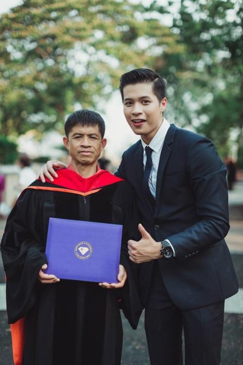 บัณฑิต ป.โท ใส่ชุดครุยของเขาให้พ่อแม่ ในวันแห่งความสำเร็จ (1)