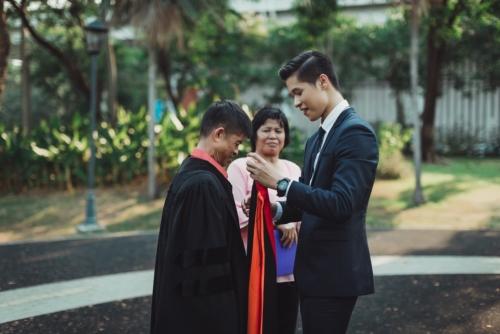 บัณฑิต ป.โท ใส่ชุดครุยให้พ่อแม่ ในวันแห่งความสำเร็จ