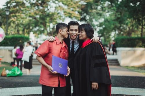 บัณฑิต ป.โท ใส่ชุดครุยของเขาให้พ่อแม่ ในวันแห่งความสำเร็จ (11)