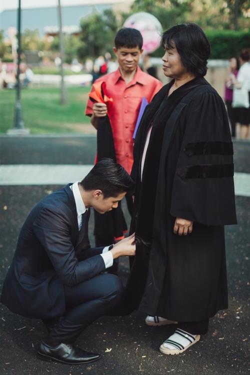 บัณฑิต ป.โท ใส่ชุดครุยของเขาให้พ่อแม่ ในวันแห่งความสำเร็จ (2)