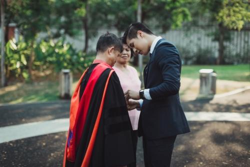บัณฑิต ป.โท ใส่ชุดครุยของเขาให้พ่อแม่ ในวันแห่งความสำเร็จ (3)