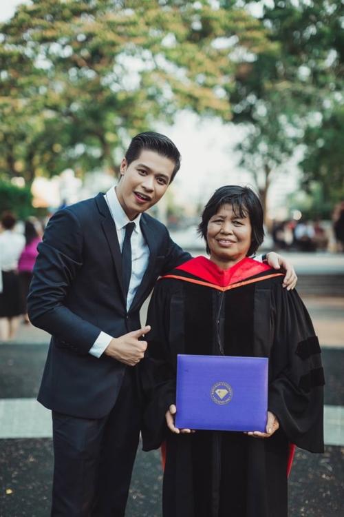 บัณฑิต ป.โท ใส่ชุดครุยของเขาให้พ่อแม่ ในวันแห่งความสำเร็จ (5)