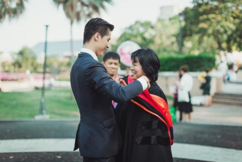 บัณฑิต ป.โท ใส่ชุดครุยของเขาให้พ่อแม่ ในวันแห่งความสำเร็จ (6)