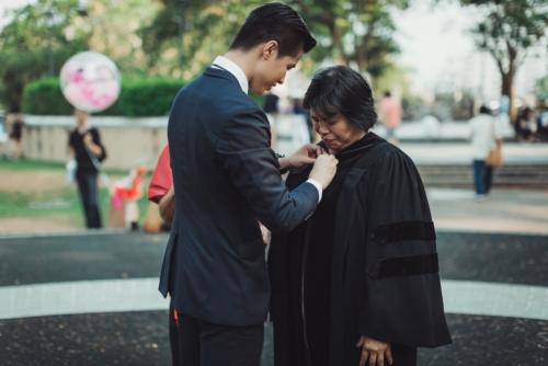บัณฑิต ป.โท ใส่ชุดครุยของเขาให้พ่อแม่ ในวันแห่งความสำเร็จ (7)