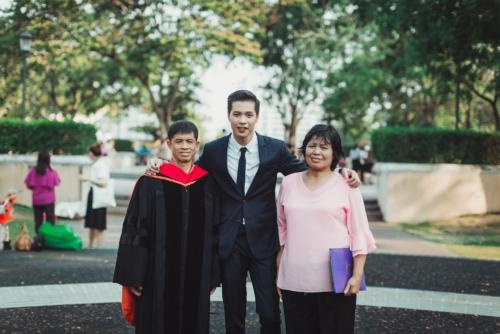 บัณฑิต ป.โท ใส่ชุดครุยของเขาให้พ่อแม่ ในวันแห่งความสำเร็จ (8)