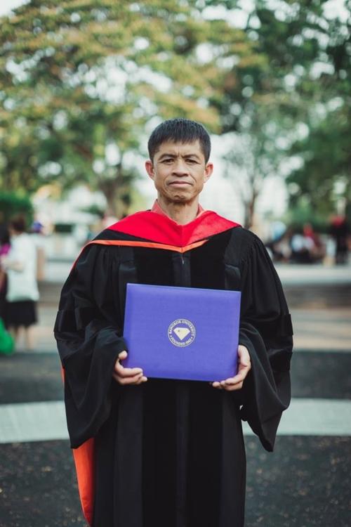 บัณฑิต ป.โท ใส่ชุดครุยของเขาให้พ่อแม่ ในวันแห่งความสำเร็จ (9)