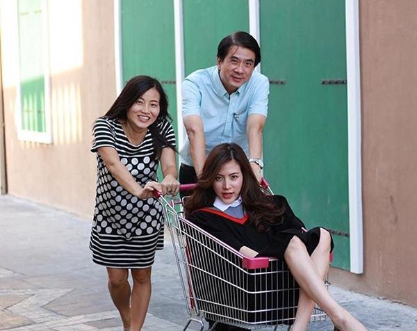 เรียนจบแล้วจ้า! ใบเฟิร์น พิมพ์ชนก ใส่ชุดครุยถ่ายรูปกับครอบครัว (2)