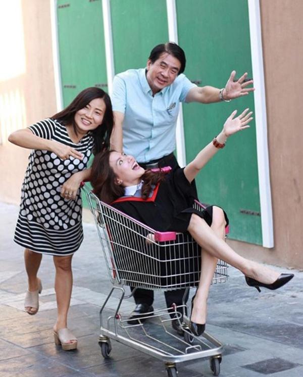เรียนจบแล้วจ้า! ใบเฟิร์น พิมพ์ชนก ใส่ชุดครุยถ่ายรูปกับครอบครัว (3)