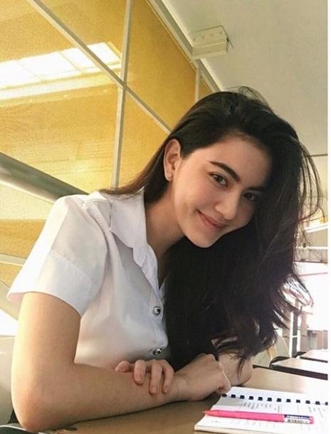 ใหม่ ดาวิกา ในลุคนักศึกษาวันไปเรียน ดาราสาวสวยจากรั้ว ม (3)