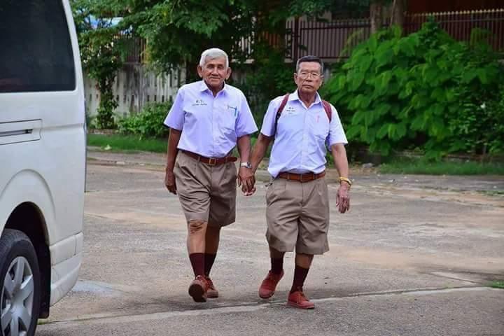 น่ารักอะ! คุณตาคุณยายย้อนวัยใส ใส่ชุดนักเรียนไปโรงเรียนทุกวันอังคาร (2)