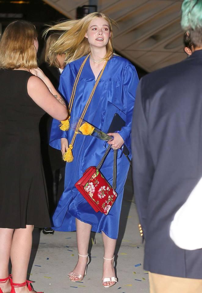 ยินดีกับ!! Elle Fanning น้องสาว Dakota จบไฮสคูลแล้ว (11)