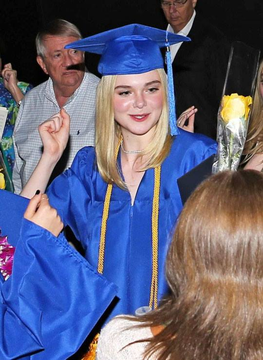 ยินดีกับ!! Elle Fanning น้องสาว Dakota จบไฮสคูลแล้ว (12)