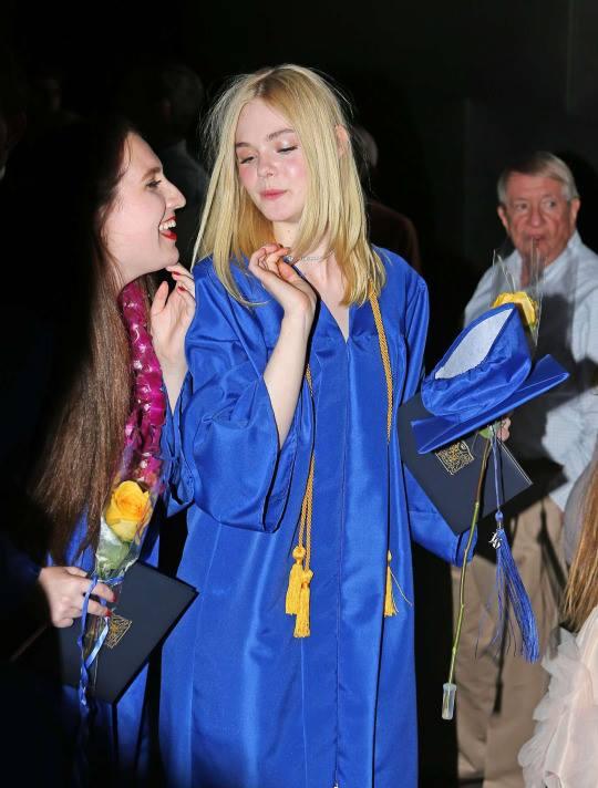 ยินดีกับ!! Elle Fanning น้องสาว Dakota จบไฮสคูลแล้ว (1)