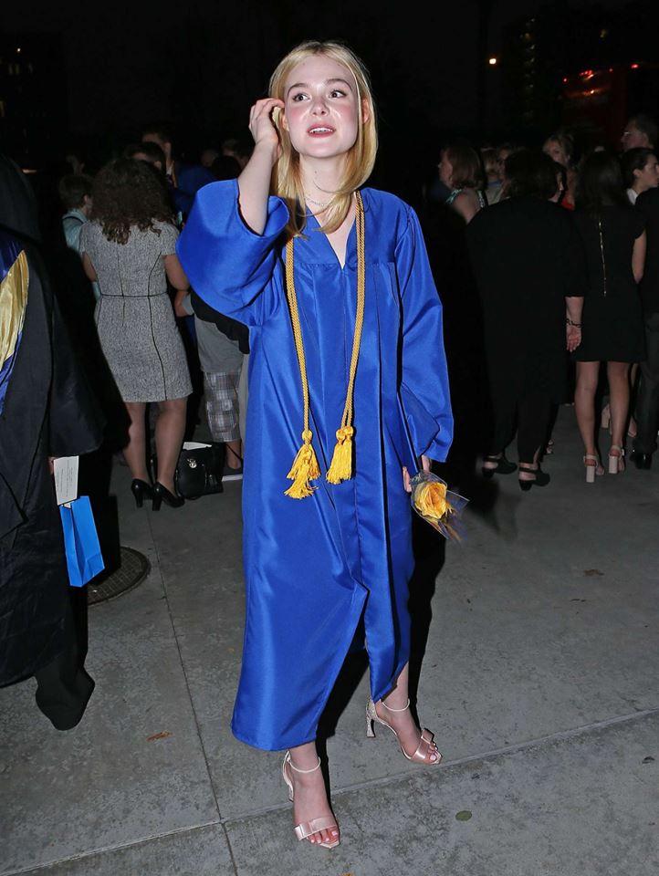 ยินดีกับ!! Elle Fanning น้องสาว Dakota จบไฮสคูลแล้ว (9)