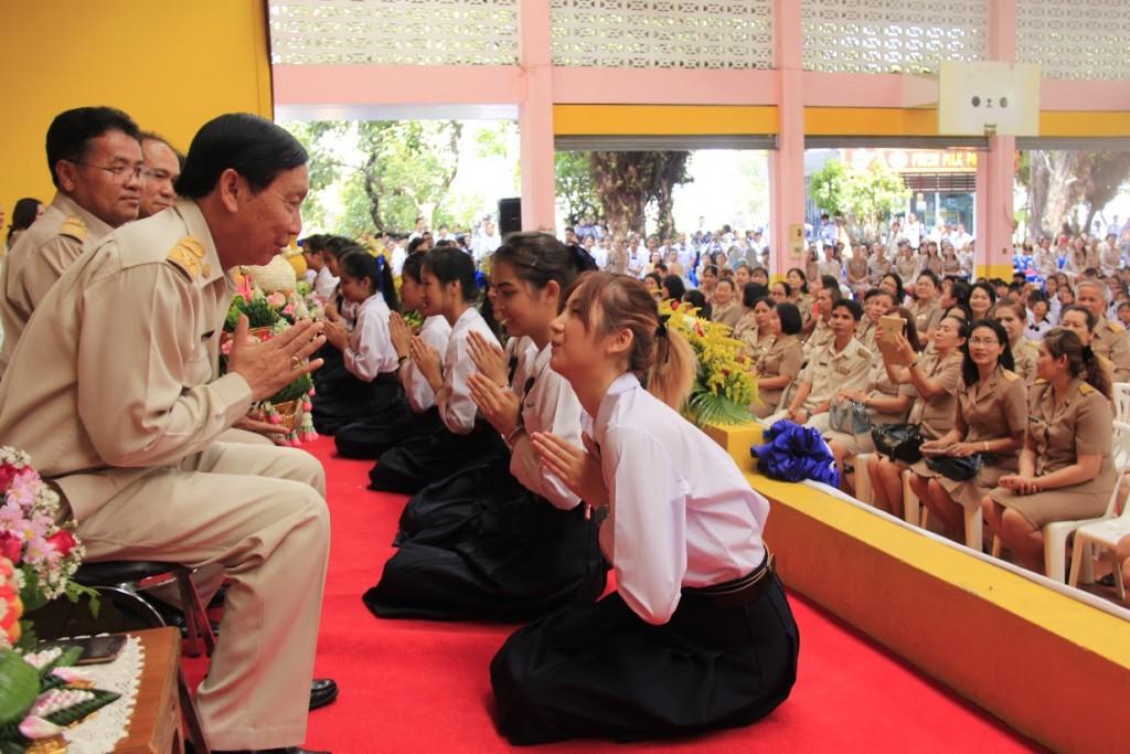 ศิษย์เก่าโรงเรียนสตรีศึกษา ต้าเหนิง ฮอร์โมน ใส่ชุดนักเรียนกลับไปไหว้ครู (2)