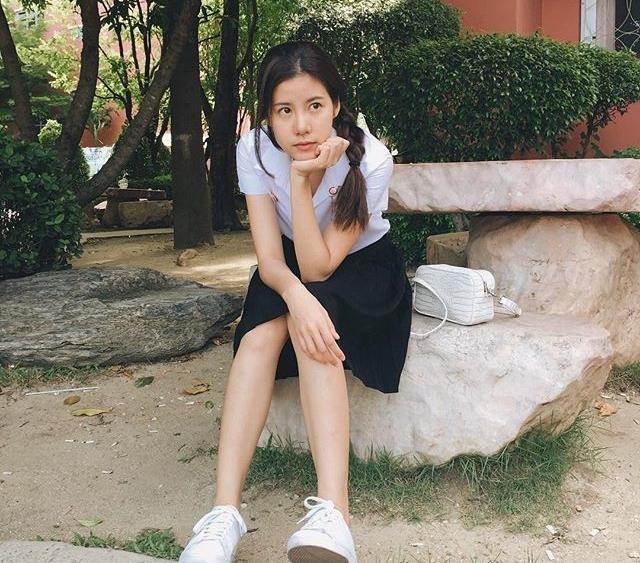 เอสเธอร์ สุปรีย์ลีลา ในชุดนักศึกษา สาวสวย ม.กรุงเทพธนบุรี