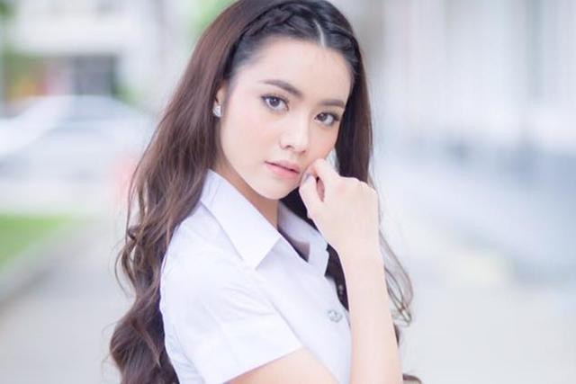 มุกดา นรินทร์รักษ์ หรือ ปารมี ขมิ้นกับปูน ในชุดนักศึกษา ม.หอการค้าไทย
