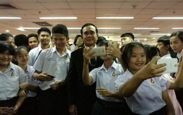 """นายกฯ มอบทุนให้ที่ 1 นิติ จุฬาฯ พร้อมขึ้นกล่าว """"การขับเคลื่อนไทยแลนด์ 4.0 ในภาคอีสาน"""""""