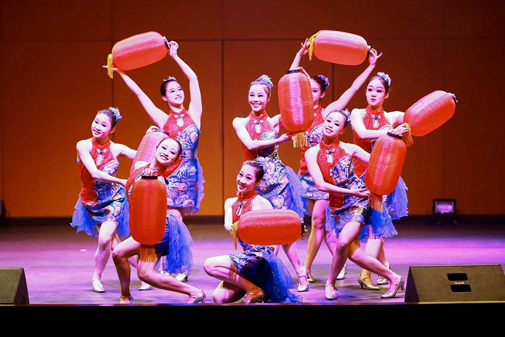 การแสดงชุดความรื่นเริงในเทศกาลตรุษจีน