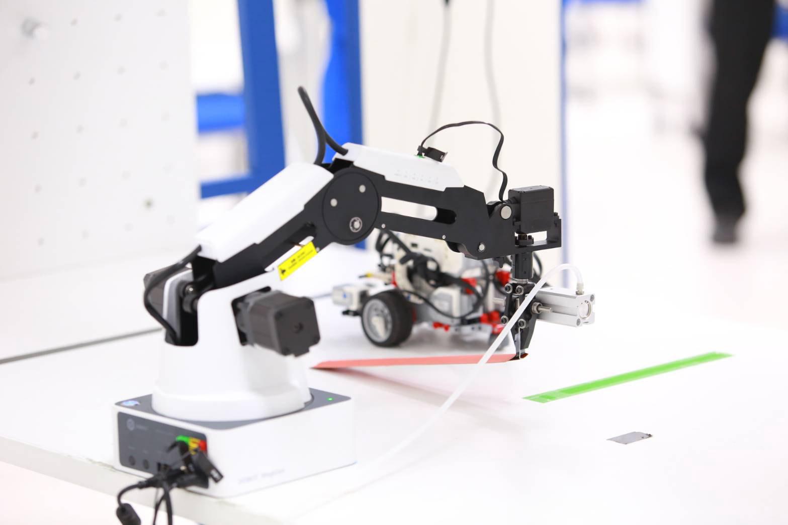 หุ่นยนต์แขนกล DOBOT MAGICIAN (Robotic Arms)