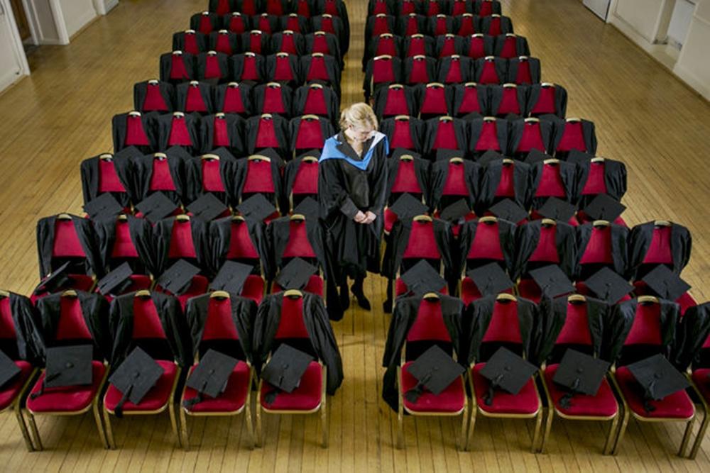 การศึกษาต่างประเทศ นักศึกษาฆ่าตัวตาย พิธีจบการศึกษา พิธีรับปริญญา