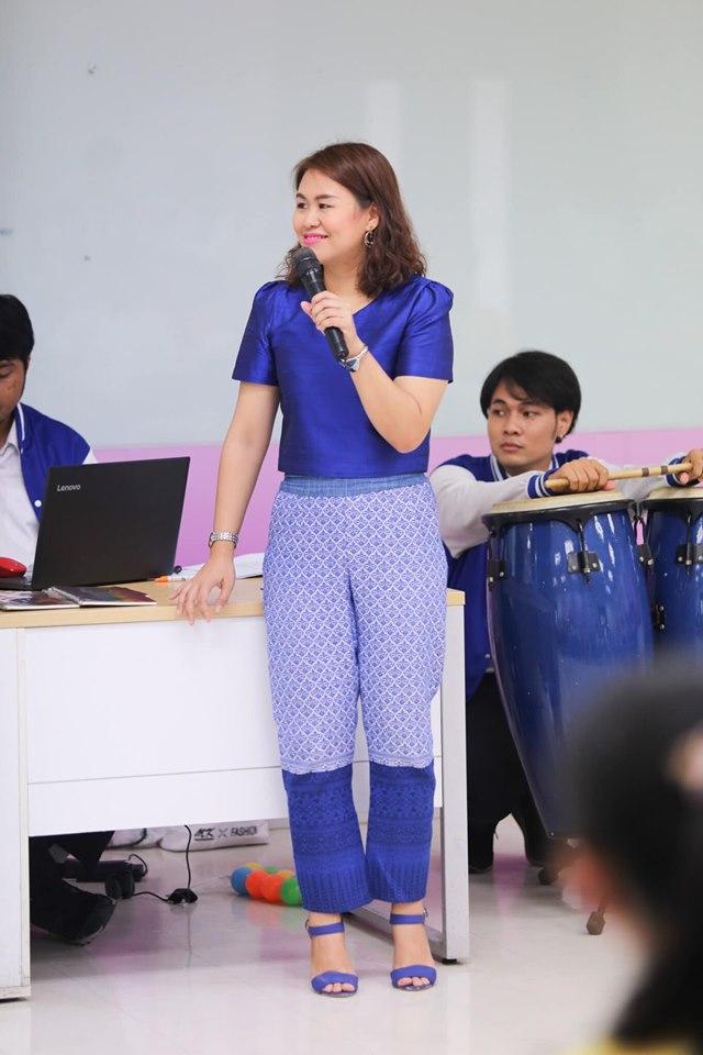 อาจารย์ไอซ์ - ผศ.สกุลศรี ผู้มีเอกลักษณ์ใส่ผ้าไทยสวยงาม
