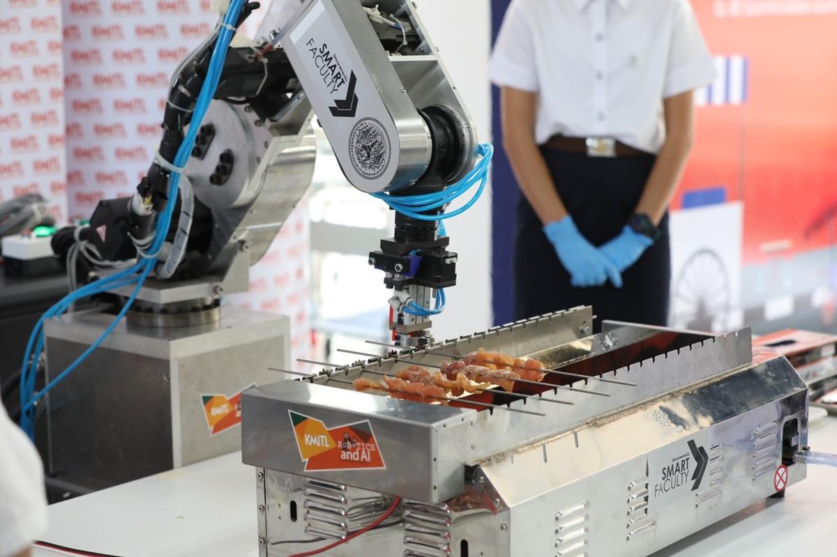หุ่นยนต์ขายหมูปิ้งหนุนเพิ่มเวลาผู้ค้าลดเสี่ยงเสิร์ฟหมูไหม้