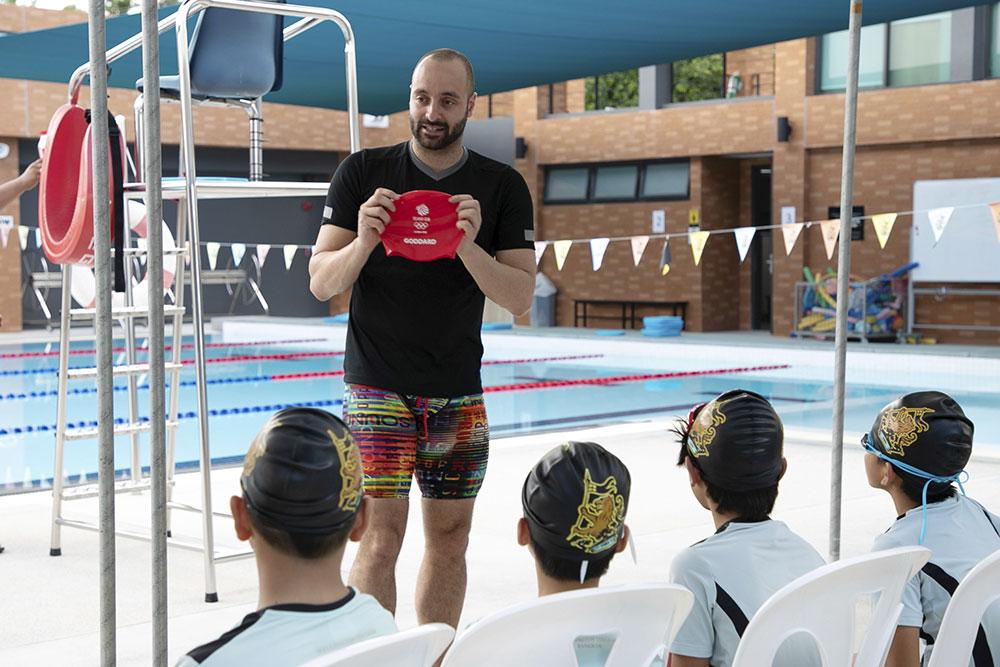 เจมส์ ก็อดดาร์ด หัวหน้าทีมผู้สอนว่ายน้ำ อดีตนักว่ายน้ำโอลิมปิก