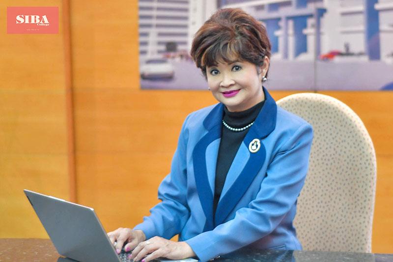ดร.เบญจมาภรณ์ คุณะรังษี ผู้อำนวยการ SIBA (วิทยาลัยอาชีวศึกษาสันติราษฎร์ ในพระอุปถัมภ์สมเด็จพระเจ้าภคินีเธอเจ้าฟ้าเพชรรัตนราชสุดา สิริโสภาพัณณวดี)